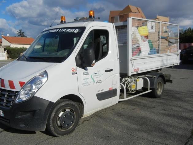 Le camion de la commune va quitter l'école Musica'avvene pour rejoindre , chargé de colis de dons, Porto Vecchio. (Photo DR).