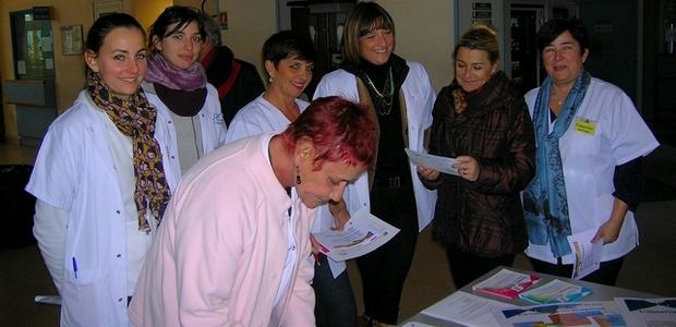 Les membres de l'ARLIN et des divers services du centre hospitalier d'Ajaccio ont sensibilisé le public au bon comportement à adopter face aux traitements médicamenteux. (Photo : Yannis-Christophe Garcia)
