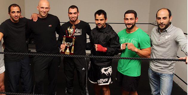 Mohammed Sanhaji entouré de ses coachs, de ses amis boxeurs et de ses sponsors remporte le trophée de champion de Corse K1 moins de 67 kilos. (Photo Stéphane Gamant).