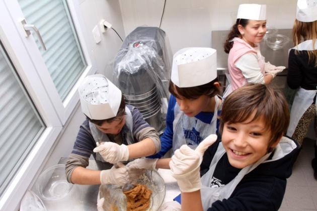 La confection du moelleux à la châtaigne a suscité un vif intérêt ches les enfants (Photo SG)
