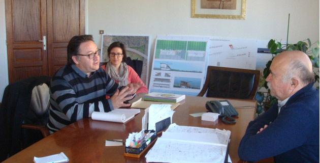La démarche Euro Vélo expliquée par Jean Louis Achard a suscité un vif intérêt de la part du Maire de Ghisonaccia Francis Giudici. (Photo SG)