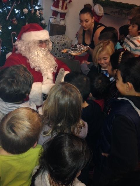 Les enfants à l'assaut du Père Noel