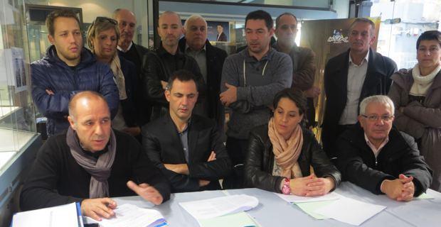 Gilles Simeoni, leader d'Inseme per Bastia et candidat aux élections municipales de mars 2014, entouré de dirigeants et de spécialistes sportifs.