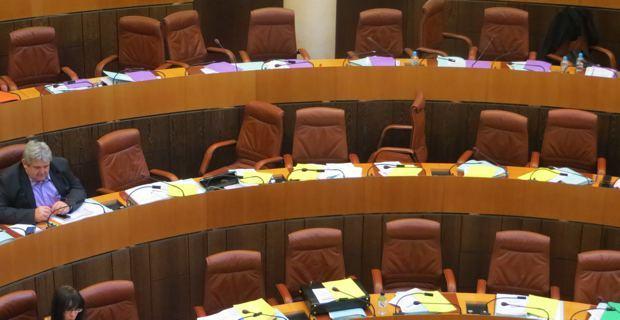 Les bancs de l'opposition désertés.