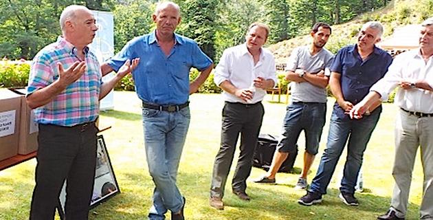 Jean-René Moracchini (2eme à partir de la gauche) et la ligue corse de football exigent un droit de réponse