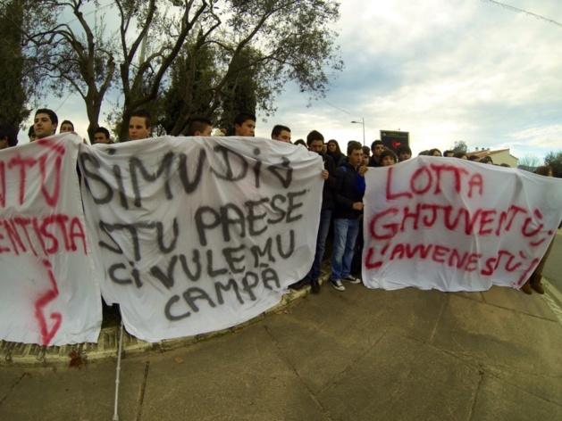 Rassemblés sur le parking du lycée, les étudiants expriment leur mécontentement. (Photo Stéphane Gamant)