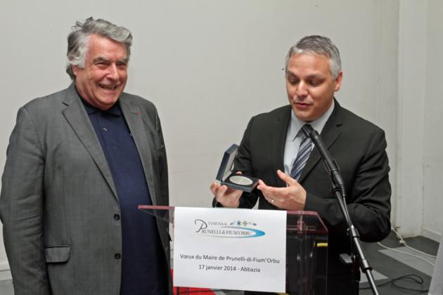 François Grimaldi qui vient d'être nommé Chevalier de la Légion d'honneur s'est vu remettre la médaille de la commune de Prunelli di Fium'orbu (photo Stéphane Gamant).