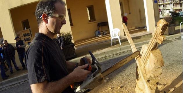 Un violon emblème de l'école Music'avvene sculpté de main de maître à la tronçonneuse. (Photo Stéphane Gamant).