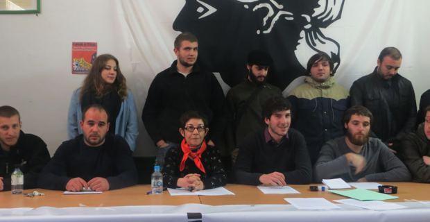 Les jeunes militants encadrant leur avocate, Me Rosa Prosperi.