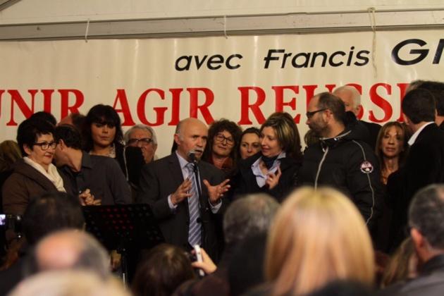 Francis Giudici entouré de conseillers sortants et de nouveaux co-listiers. (Photo Stéphane Gamant)