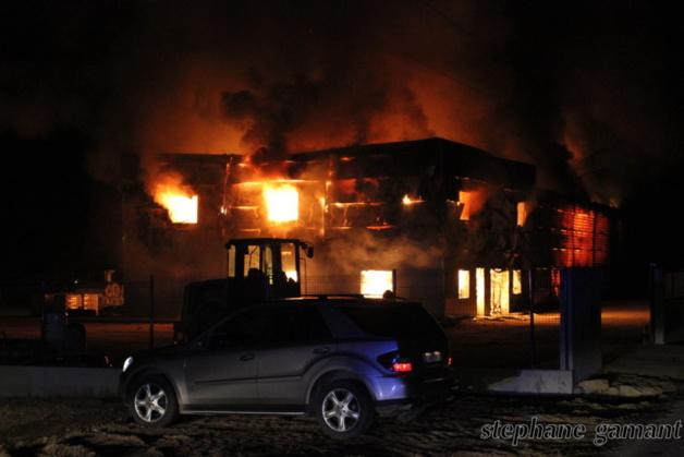Le hangar était la proie des flammes hier au soir. (Photo SG)