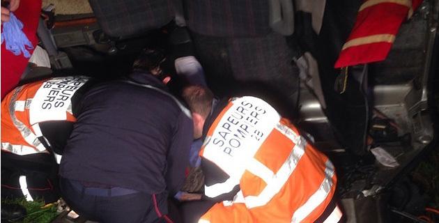 Les sapeurs pompiers à pied d'œuvre portent les premiers secours à l'infortunée conductrice. (Photo SG)