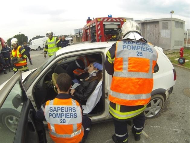 Les pompiers ont mis en oeuvre leur savoir faire dans le cadre d'un exercice de secours routier (Photo SG).