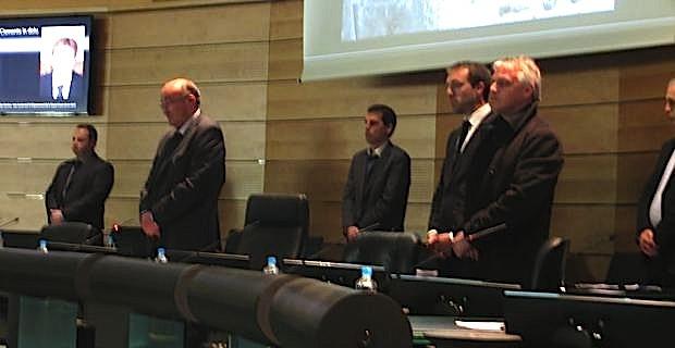 Le président Joseph Castelli et les vice-présidents observent une minute de silence..