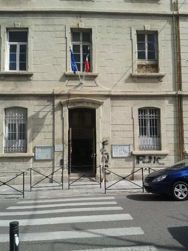 Le bureau centralisateur de l'ancienne mairie du marché n'a pas été épargné par les tags.