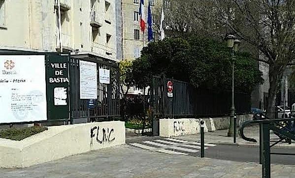 """Bastia : Des tags """"FLNC"""" sur les façades des bureaux de vote"""