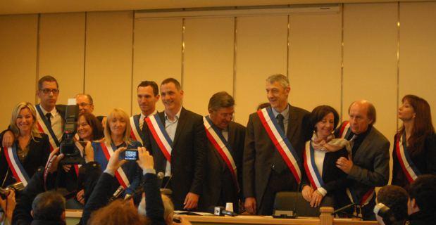 Les 12 adjoints entourent Gilles Simeoni. copyrignt Christian Andreani.