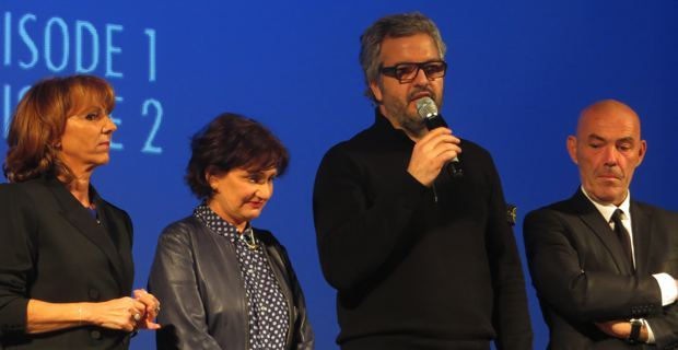 Pierre Leccia, entouré de l'équipe de la série Mafiosa.