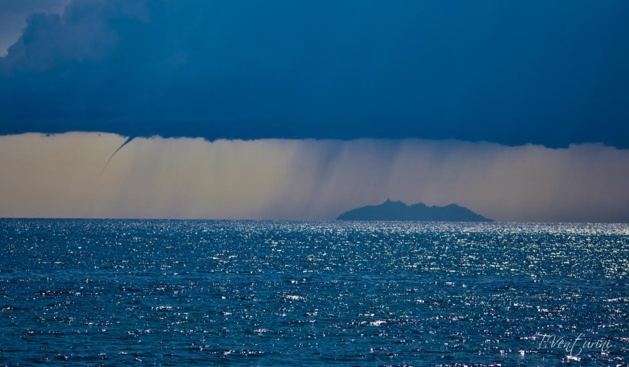 Trombes marines entre la Corse et l'île de Monte Cristo