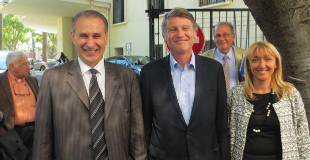 Le candidat PS aux Européennes,Vincent Peillon, entouré d'Ange-Pierre Vivoni, maire et conseiller général de Sisco, et d'Emmanuelle de Gentili, 1ère secrétaire fédérale du PS en Haute-Corse, 1er adjointe à la mairie de Bastia et conseillère exécutive à la CTC.