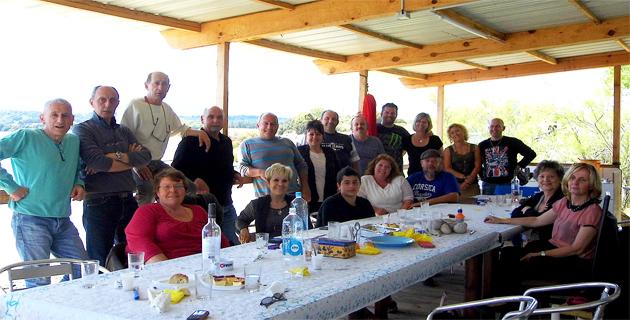 La convivialité préside aux Rendez-vous en Côte Orientale comme ici lors du repas avec les pêcheurs de l'étang d'Urbino