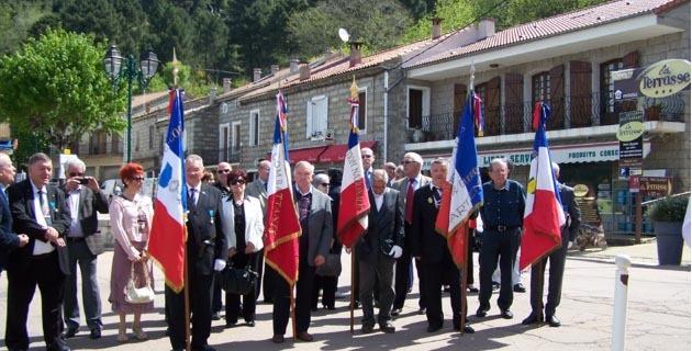 Rassemblement des autorités et des délégations des deux sections devant le monument aux Morts de Zonza