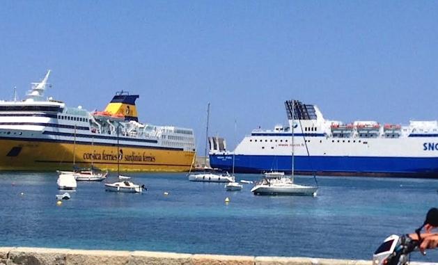 Le Monte d'Oro de la SNCM et Le Mega Express Two côte à côte à L'Ile-Rousse