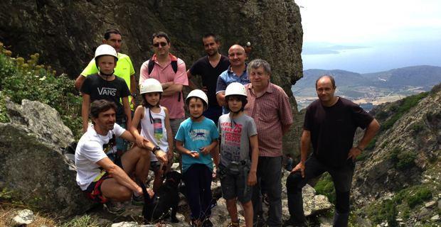 Laurent Bertolotto (en jaune), moniteur d'escalade,  JB Arena, maire-adjoint de Patrimoniu, Etienne Marchetti, maire de Barbaghju, François Tomasi, accompagnateur en montagne, et les enfants de l'école d'escalade de Bastia.