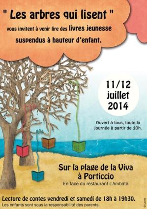 Des livres jeunesse suspendus à hauteur d'enfant à Porticcio!