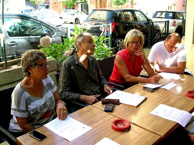 André Paccou, porte-parole de la LDH en Corse entouré par des membres de la Ligue mercredi matin à Ajaccio. (Photo : Yannis-Christophe Garcia)