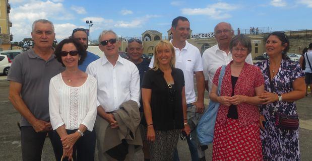 Gérard Romiti, Gilles Simeoni et les élus insulaires prêts à embarquer sur le chalutier du patron des pêcheurs.