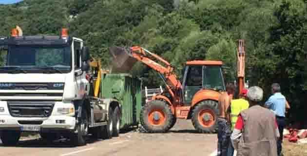 Orazi : Le camion d'ordures ménagères sur le flanc