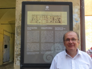 Philippe Peretti devant un panneau de la nouvelle signalétique patrimoniale.