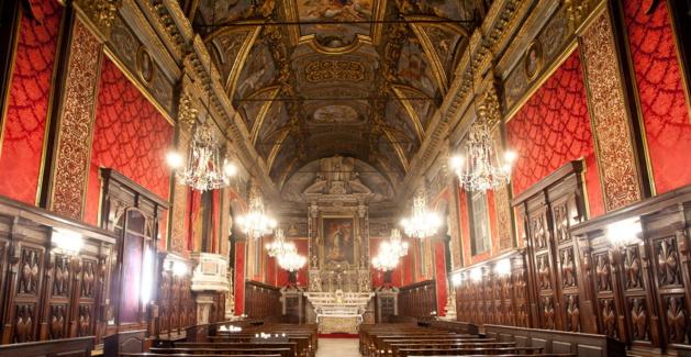 A l'intérieur de l'oratoire de la Conception, les murs sont tendus de damas de soie et les pilastres sont recouverts de velours de Gênes. L'usage des parements textiles muraux dans les églises de Bastia est une tradition génoise, introduite par le gouverneur Filippo da Passano, dès 1589. ©Ville de Bastia – cl. Jean-François Bumbt.