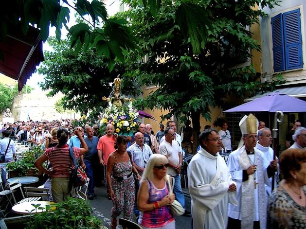 La foule a suivi les pas de la Madunuccia dans les rues de la cité Impériale, derrière l'Evêque et les Confréries. (Photo : Yannis-Christophe Garcia)