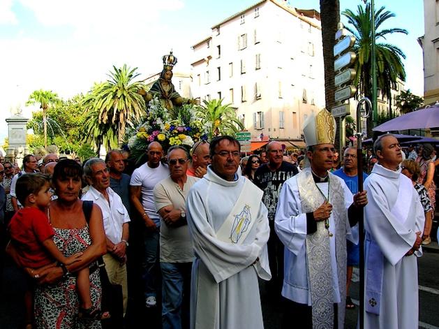 La procession a ensuite repris sa route vers la Cathédrale, signant ainsi la fin de la cérémonie vers 19 heures. (Photo : Yannis-Christophe Garcia)