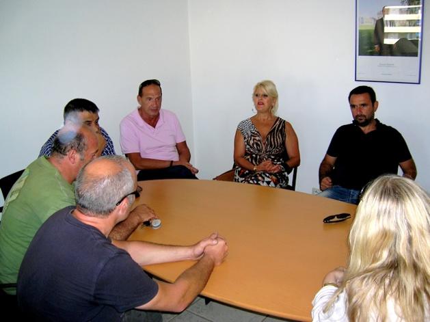 Après de longues heures d'attente durant lesquelles les professionnels se restaurent sommairement dans le bureau de la directrice de la Direccte, une pause a lieu dans les négociations. (Photo : Yannis-Christophe Garcia)