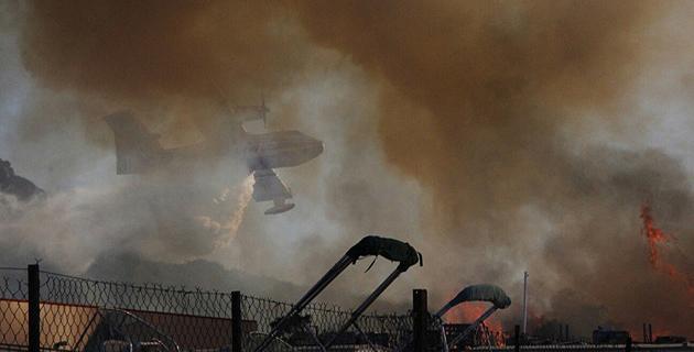 On devine le Canadair au-dessus des flammes. (Photos © HO Dinh-huy)