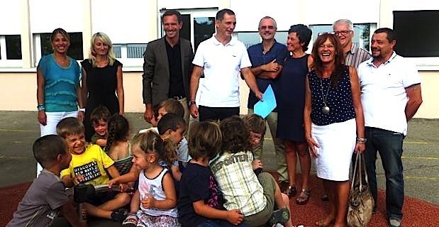 Le maire de Bastia, Gilles Simeoni, entouré des deux adjoints, Julien Morganti et Ivana Polisini, et du personnel enseignant de l'école maternelle bilingue Campanari à Saint-Joseph.