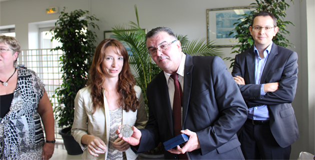 Leslie Pellegri, adjointe au maire de Bastia, déléguée la santé et au handicap a remis la médaille de la ville de Bastia à Jean-Michel Hue
