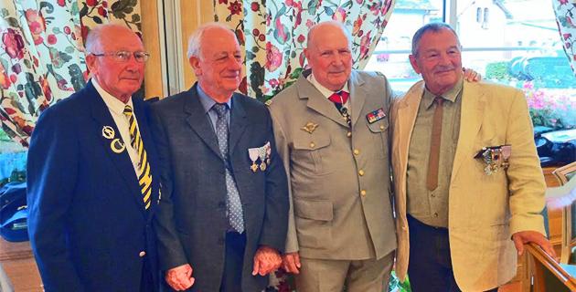 De gche à dte : Arthur Smet, photographe du général Bigeard dans le secteur de Saïda, Jeannot Ciosi, le général Gaget, patron du commando Cobra et Antoine Gambaïani.
