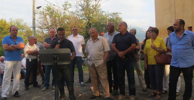 Le maire et conseiller général de Campile, Jean-Marie Vecchioni, entouré des élus de l'Alta-di-Casacconi et de ses nombreux soutiens politiques lors d'une manifestation l'été dernier.