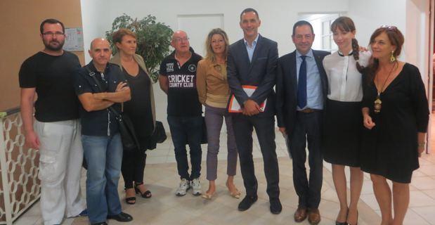Le maire de Bastia, Gilles Simeoni, et Jean-Luc Romero-Michel, entourés des adjoints et des représentants d'associations de lutte contre le Sida.