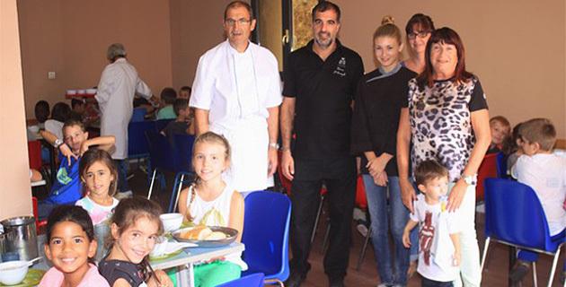 Le chef Thomas d'Arcangelo aux fourneaux de la cantine municipale pour les écoliers de Calvi