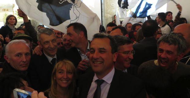 François Tatti et ses partenaires fêtent la victoire de l'union droite-gauche-nationaliste aux Municipales de Bastia.