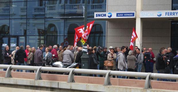 Rassemblement PC-CGT devant le siège de la SNCM à Bastia.