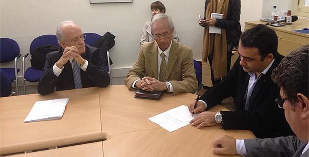 André Valat (à gauche), président de la commision spéciale, signant les documents avec Stéphane Sbraggia