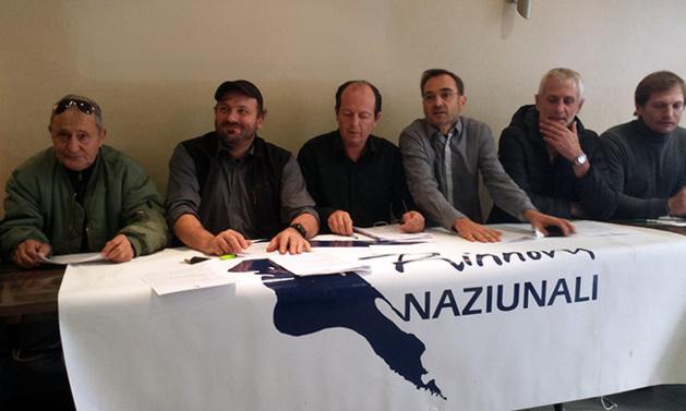 Paul-Félix Benedetti, conseiller territorial et leader d'U Rinnovu Naziunali, entouré de militants.