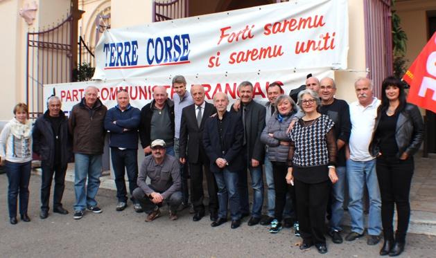 Frédéric Alpozzo (au centre aux côtés de Dominique Bucchini) en compagnie des militants du PCF et du Front de gauche