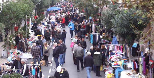 Brocante animée dans le centre-ville de Calvi